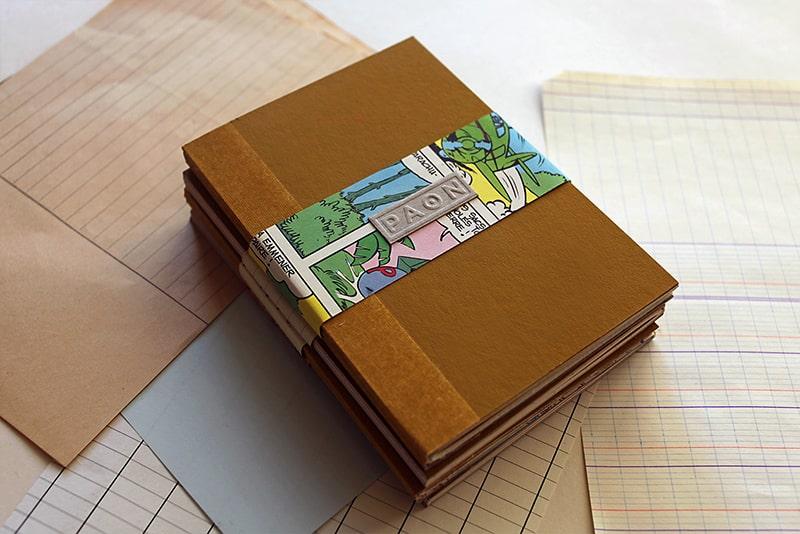 Joli carnet original . Papiers recyclés et réemployés, design éco responsable - couleur moutarde. Couverture peinte à la main, reliure cousue, fabriqué en France, 92 pages.